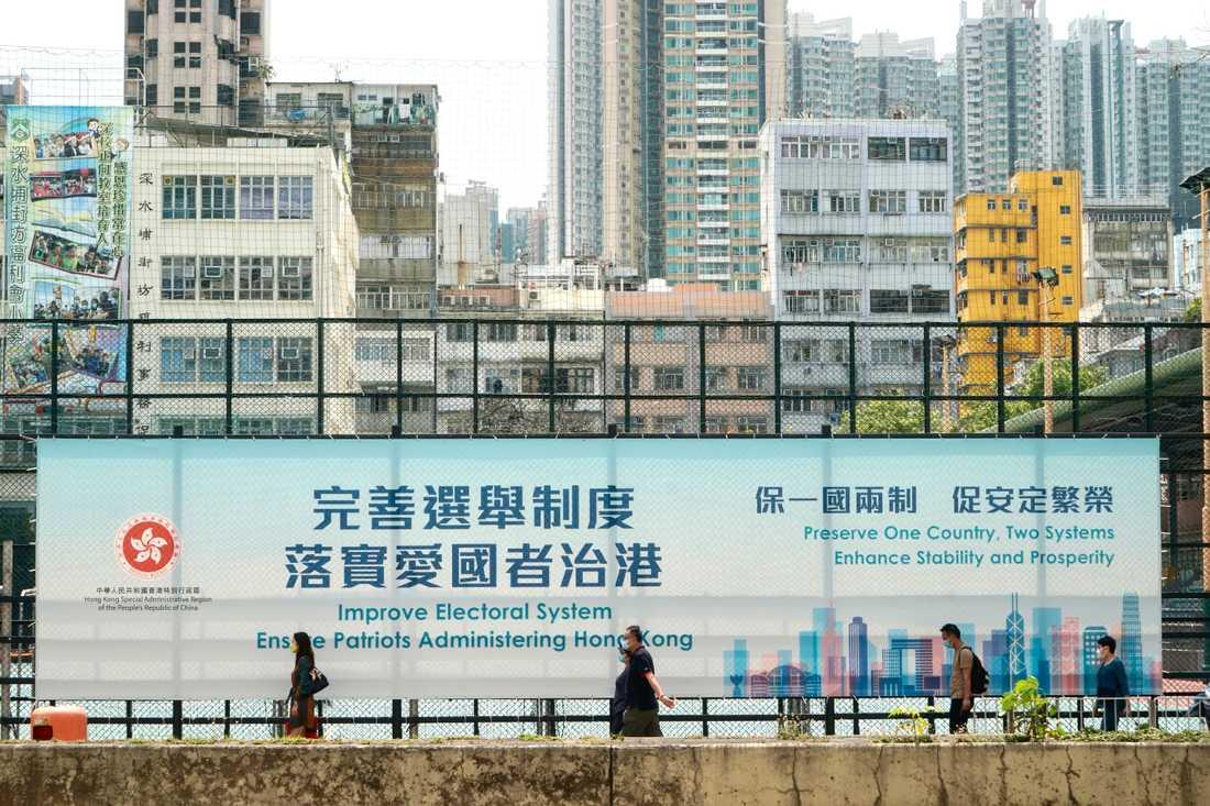Myndigheterna i Hongkong gör reklam för den nya reformen av regionens valsystem, på en gata i Hongkong den 30 mars.