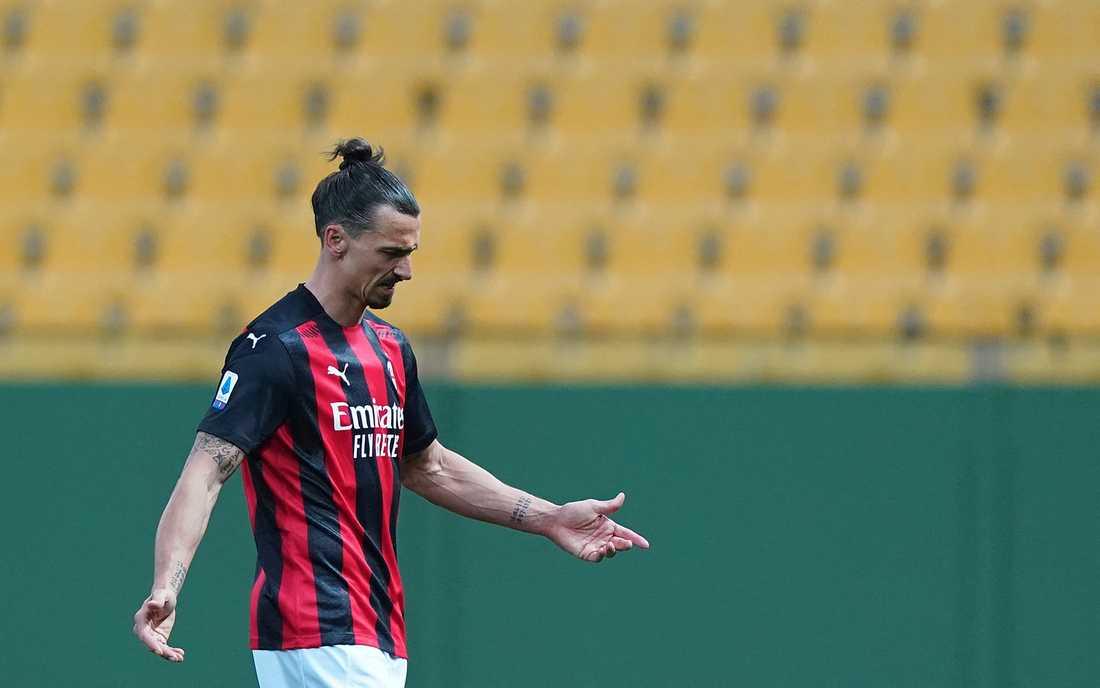 Zlatan Ibrahimovic lämnar planen efter att ha fått rött kort mot Parma.