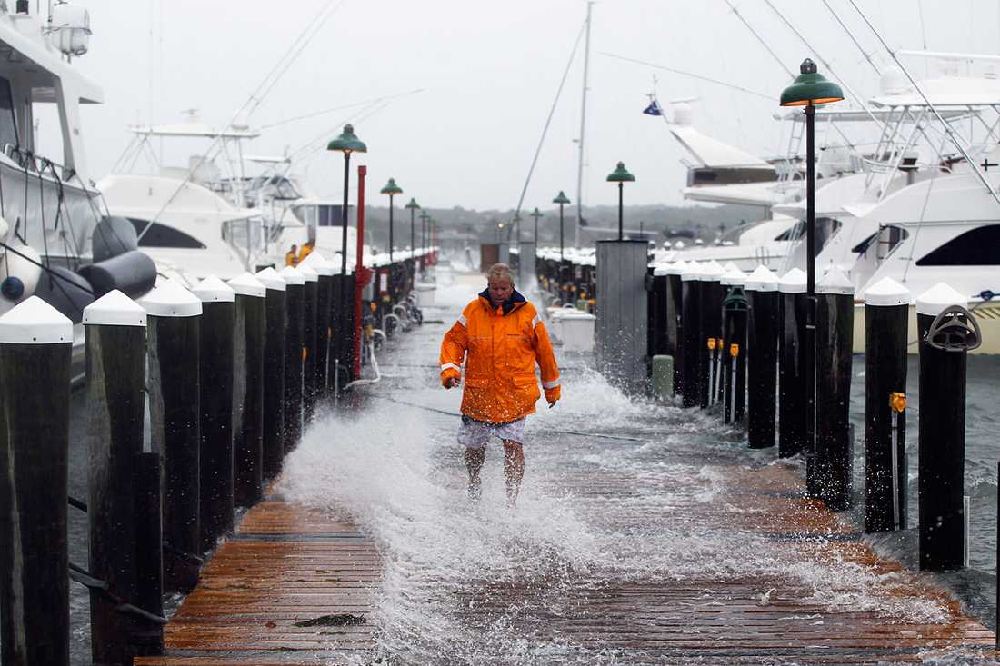 Montauk, New York: Jon Jedlicka kontrollerar båtarnas förtöjning när stormen drar in.