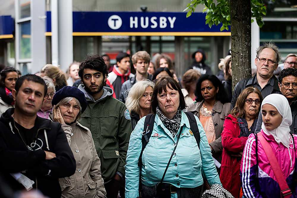 Invånarna i Husby samlades för att protestera mot våldet.