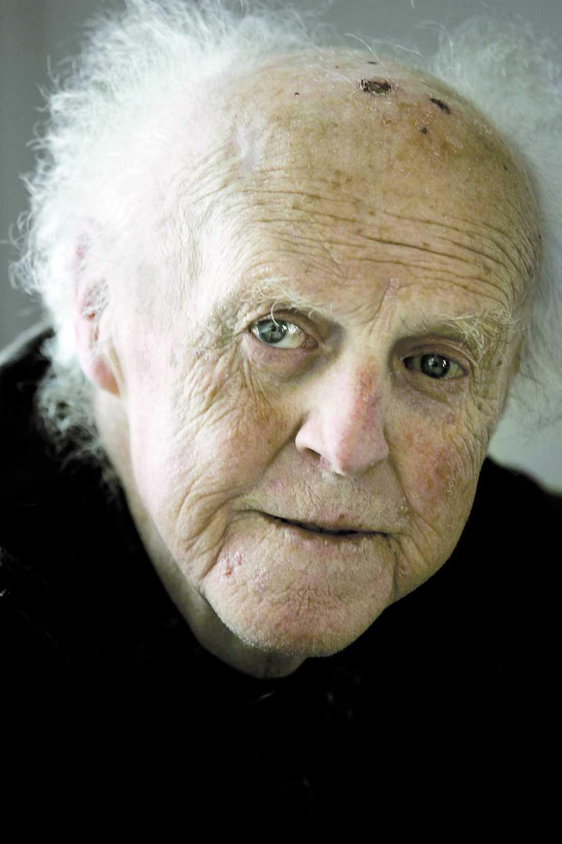 bÄste busringaren Carl-Axel Thernberg, känd för svenska folket som komikern och busringaren Kalle Sändare, somnade in på Södersjukhuset i Stockholm tidigt i går morse. Han blev 76 år gammal.
