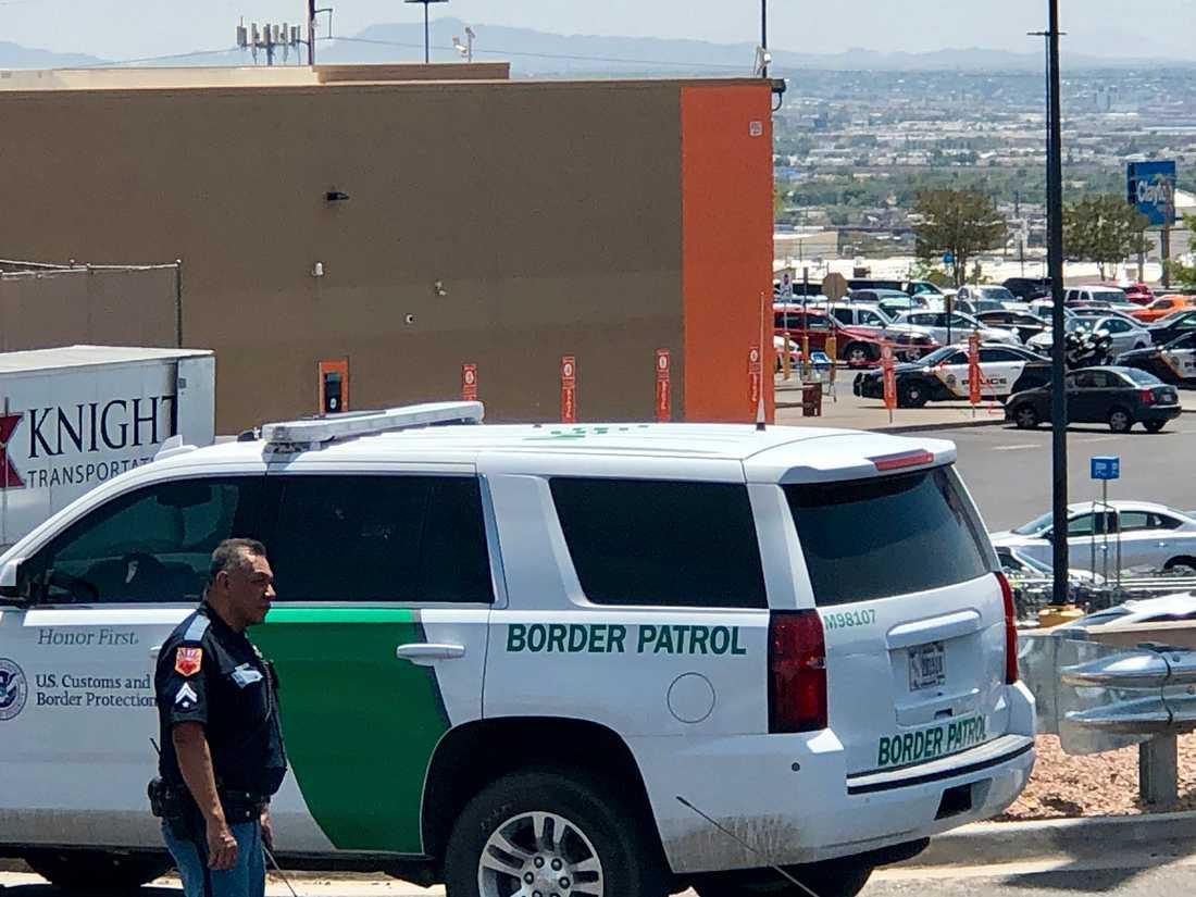 Poliser utanför köpcentret i El Paso där flera människor ska ha dödats i en skjutning.