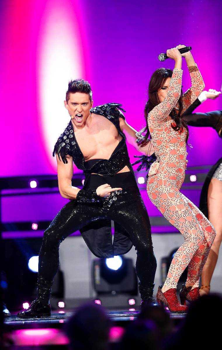 TAJT – OCH URRINGAT Högsta jublet under genrepet kommer när Danny Saucedo visar upp sig i bar överkropp. I urringad slimmad dansdräkt showar han ihop med Lena Philipsson.