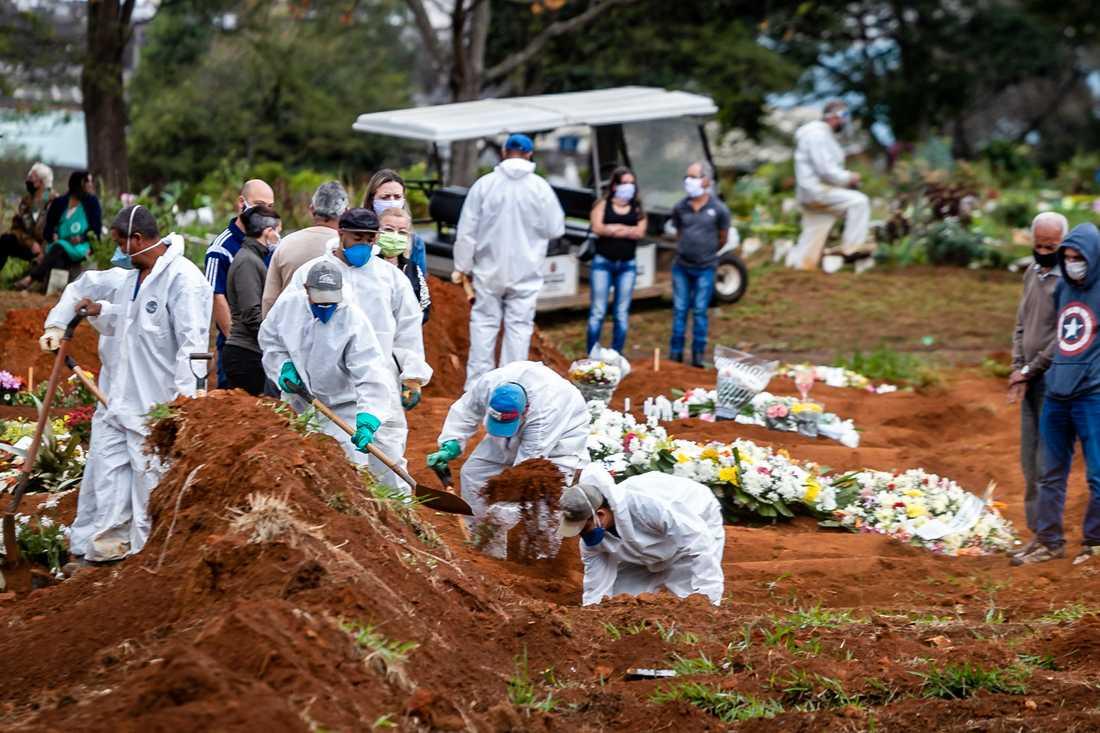 Snabba begravningar av människor som dött av covid-19 avlöste varandra vid kyrkogården Vila Formosa i São Paolo, den 14 juni.