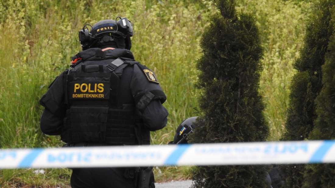 Polis på plats i Södertälje som tidigt på fredagsmorgonen skakades av en kraftig explosion.