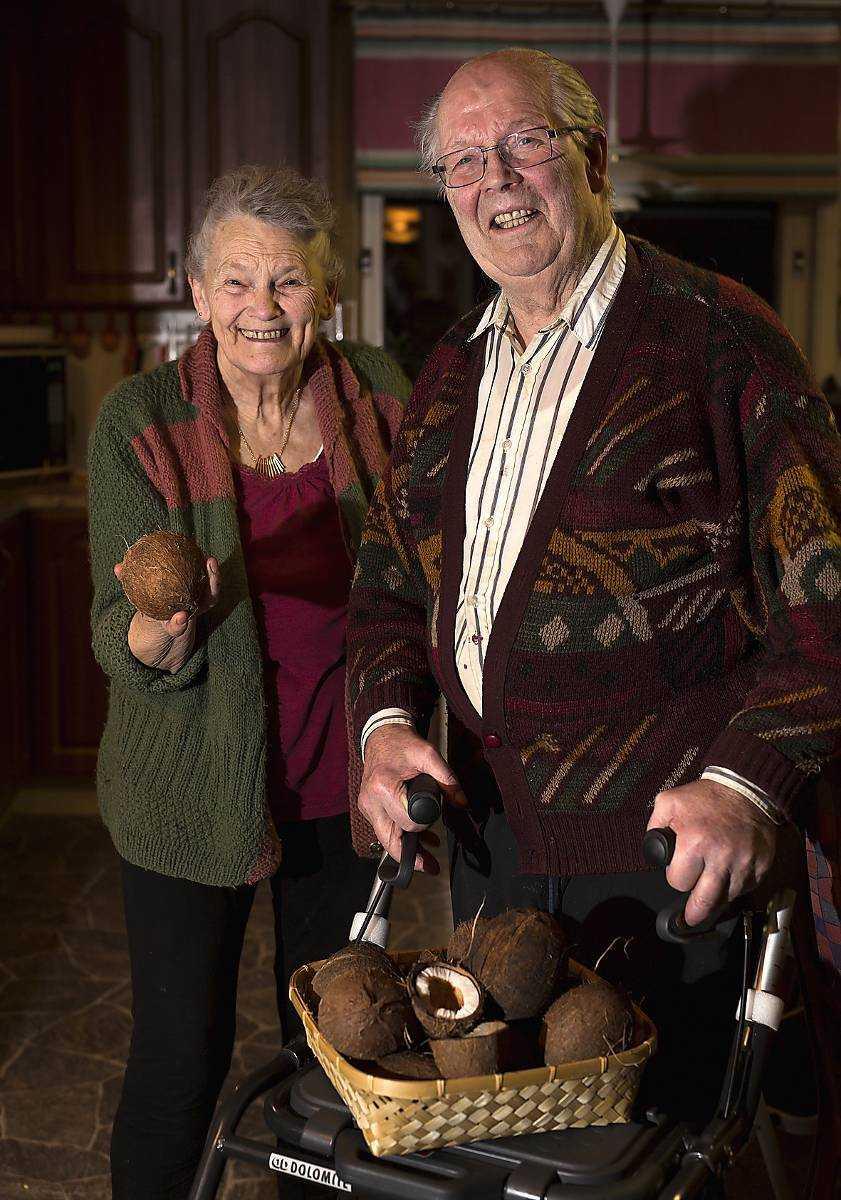 """Nöt efter nöt har förbryllat paret Niels och Erna Kristensen. Närmare 70 kokosnötter har fastnat i deras kvarngaller när de kommit flytande i ån Ätran. Men nu har deras granne Bengt Ivarsson knäckt gåtan. """"Det är skönt"""", säger paret."""