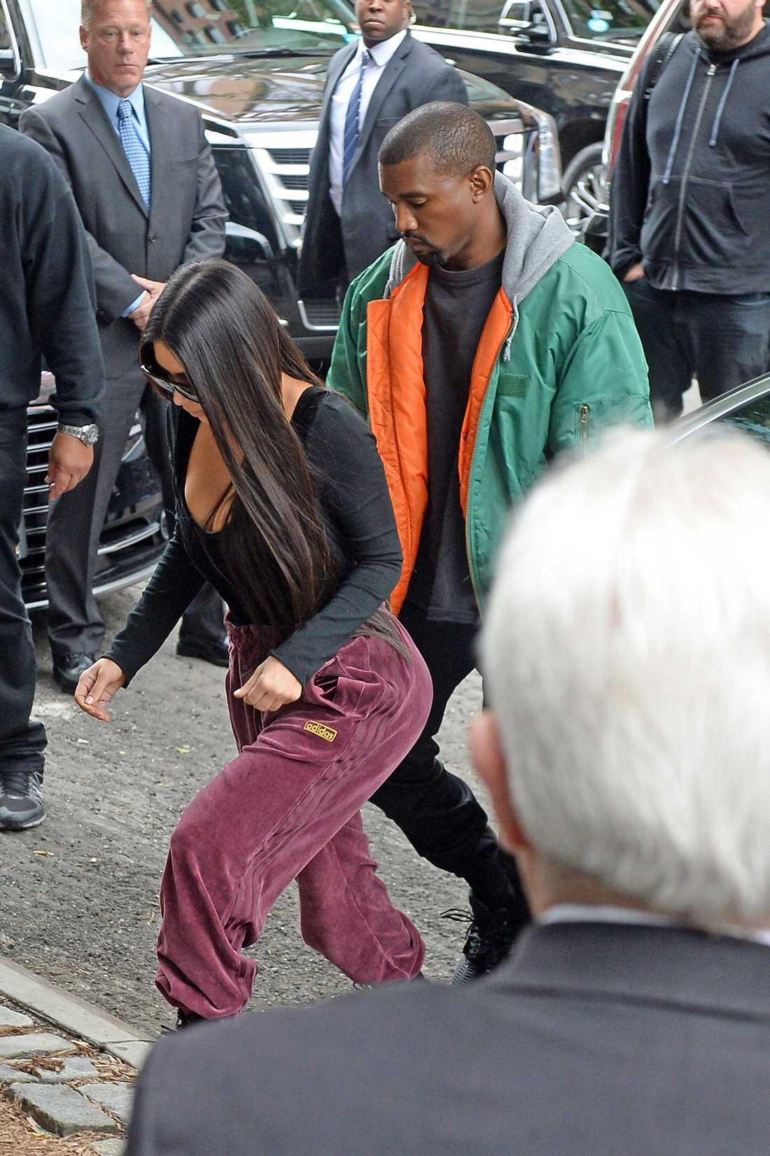 Kim Kardashian möttes av sin man Kanye West när hon lanadade i New York efter att ha flytt Paris i en privatjet.