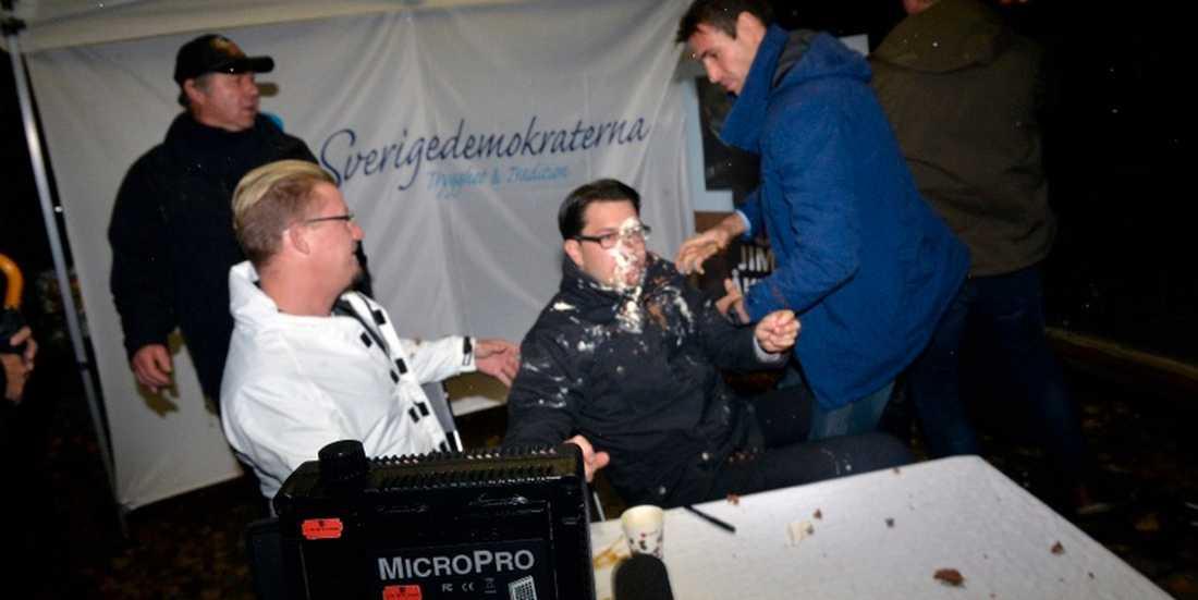 SD-ledaren Jimmie Åkesson blev attackerad med en tårta under en boksignering i centrala Stockholm.
