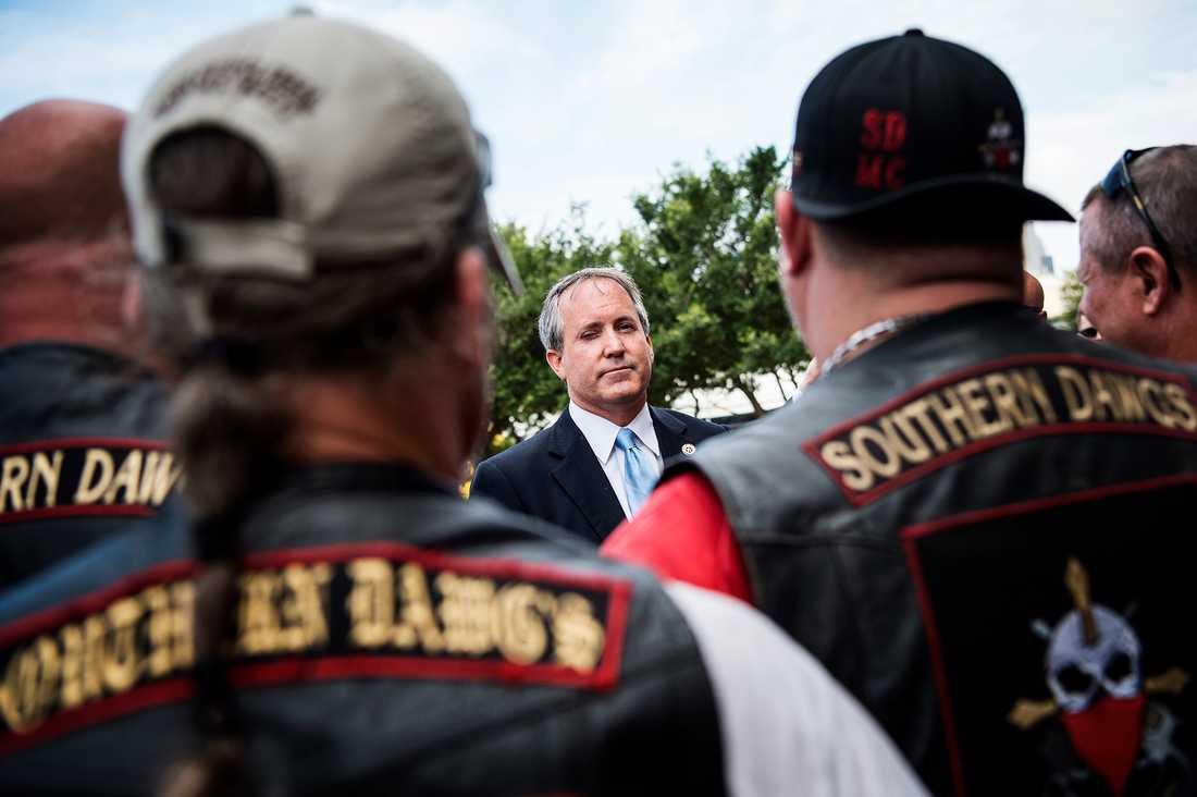 Motorcykelklubben Southern Dawgs, som består av poliser och millitärer, var på plats utanför polishuset i Dallas.