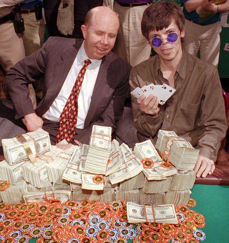 vann 1 miljon dollar Stu Ungar poserar tillsammans med kasinoägaren Jack Binion efter VM-guldet 1997.