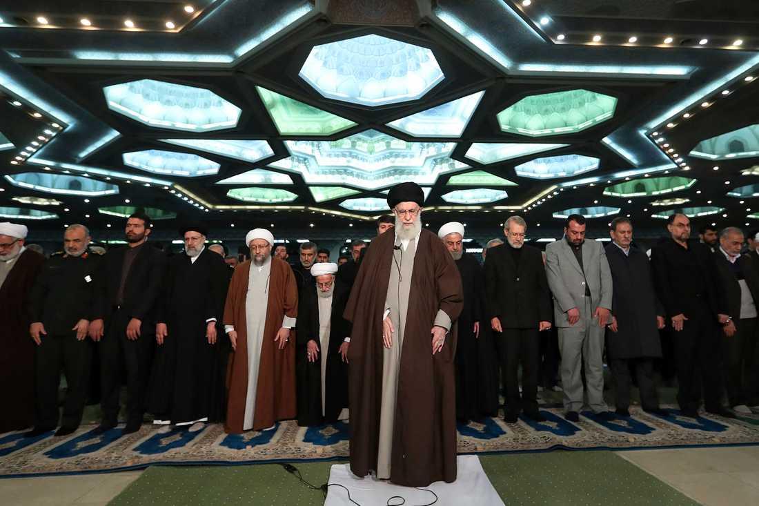 Irans högste ledare, ayatolla Ali Khamenei, i mitten under fredagsbönen i moskén Imam Khomeini i Teheran.