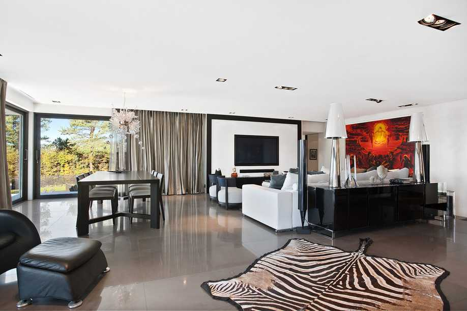 Vardagsrummet med marmorgolv.