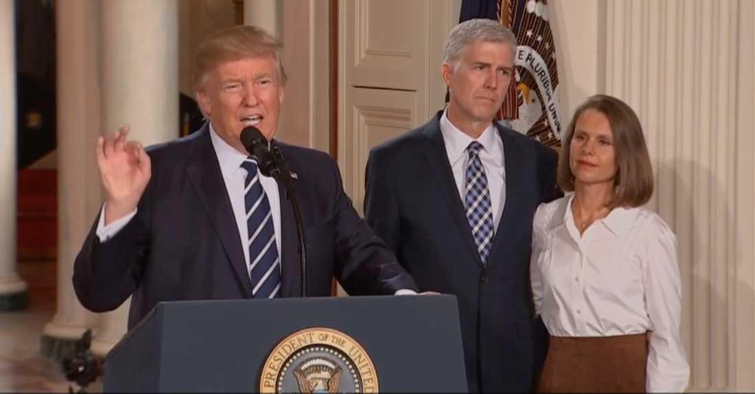 Donald Trump flankerad av Neil Gorsuch.