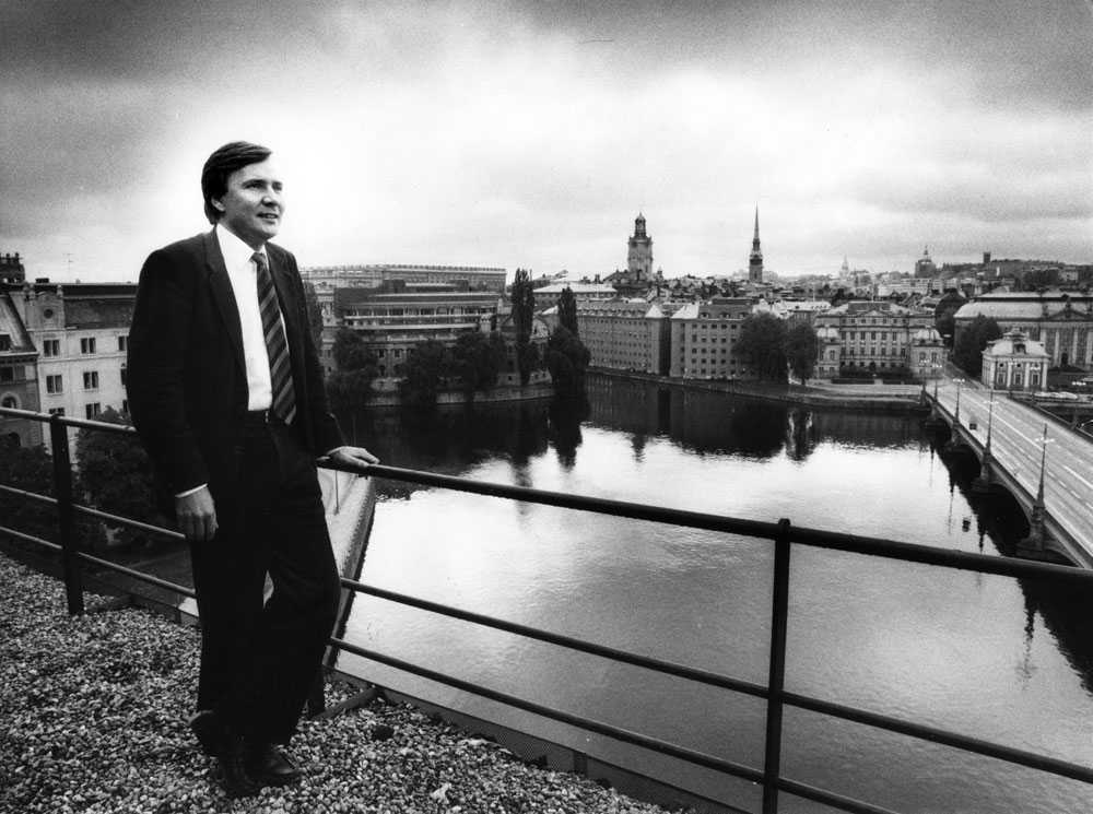 Civilminister Bo Holmberg i maktens boningar, med riksdagshuset bakom sig, i Stockholm oktober 1983.