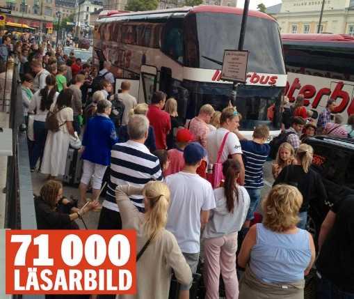 Folk väntar på ersättningsbussar vid Malmö central.