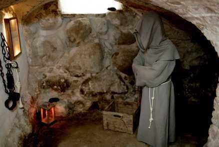 kan gasta fritt - i källaren Spökkammaren är inredd i drängkammaren i slottets källare. Hit kan Vita frun dra sig tillbaka med Grå munken och de andra gastarna på Svaneholm.
