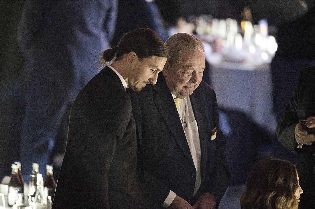 SORG Zlatan Ibrahimovic och förre Uefa-ordföranden Lennart Johansson i en stund av eftertanke.