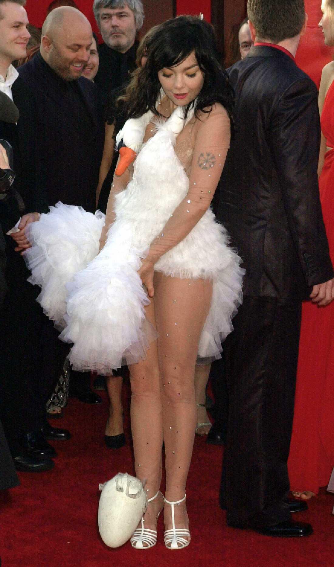 """Björk 2001 """"Audrey, Grace och Nicole får ursäkta men den absolut mest kända och episka Oscarlook som någonsin skådats är ju naturligtvis SVANEN. Vem annars än Björk skulle ens tänka tanken att gå på galafest iklädd en svan? Det är så absurt att det blir bra. Tack, Björk, för att du finns. (Design Marjan Pejoski)"""""""