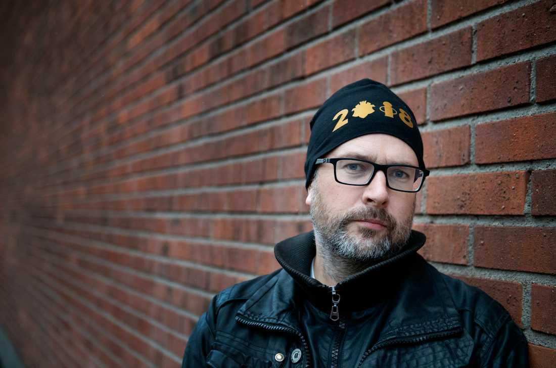 """Socialsekreterare Ulf Fogelström har flera kollegor som sjukskrivits på grund av den tuffa pressen. """"Ofta är det på grund av hög arbetsbelastning och diffusa krav som ställs"""", säger han. Själv har han blivit hotad indirekt av en våldsam klient."""