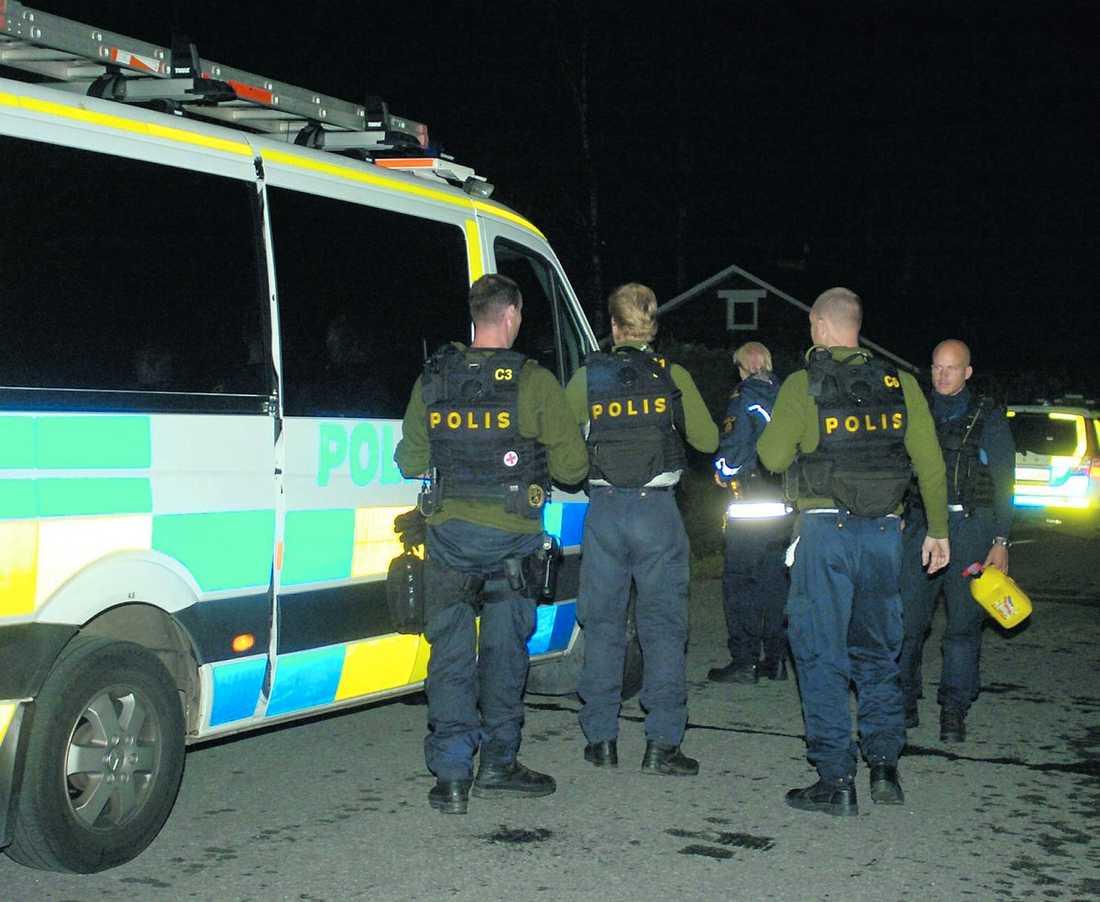 polisjakt Sent i natt jagades de fyra männen för mordförsöket.