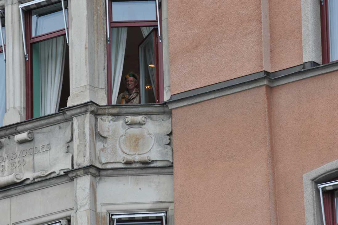Keith Richards kikar ut genom sitt fönster på Grand Hotel.
