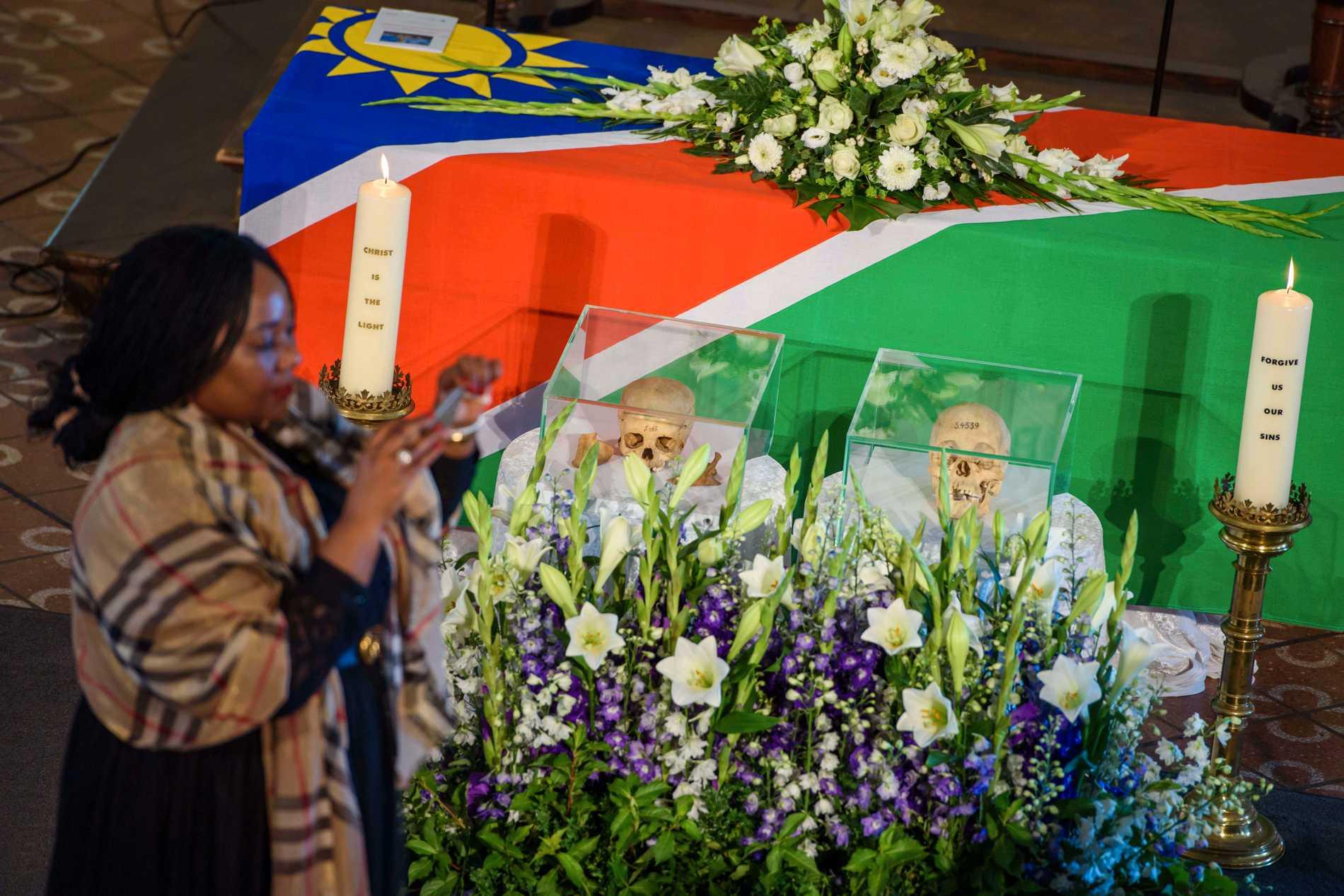 Kranierna efter två av offren för Tysklands folkmord i dagens Namibia mellan 1904 och 1908, under en ceremoni i Berlin 2018. Arkivbild.