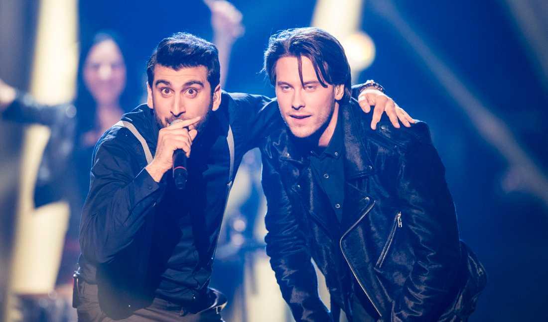 Victor Crone på Melodifestivalens scen 2015 tillsammans med duettpartnern Behrang Miri