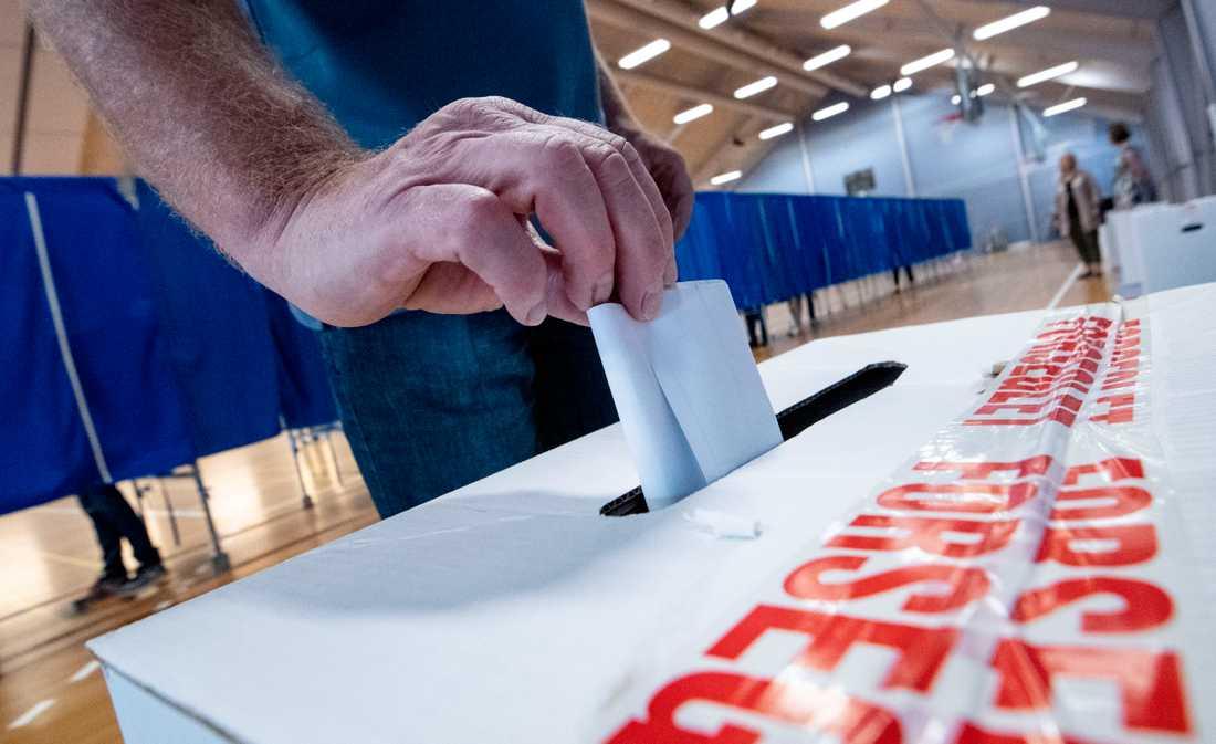 Valsedlar stoppas i valurnan i Sundby idrottshall i Köpenhamn.
