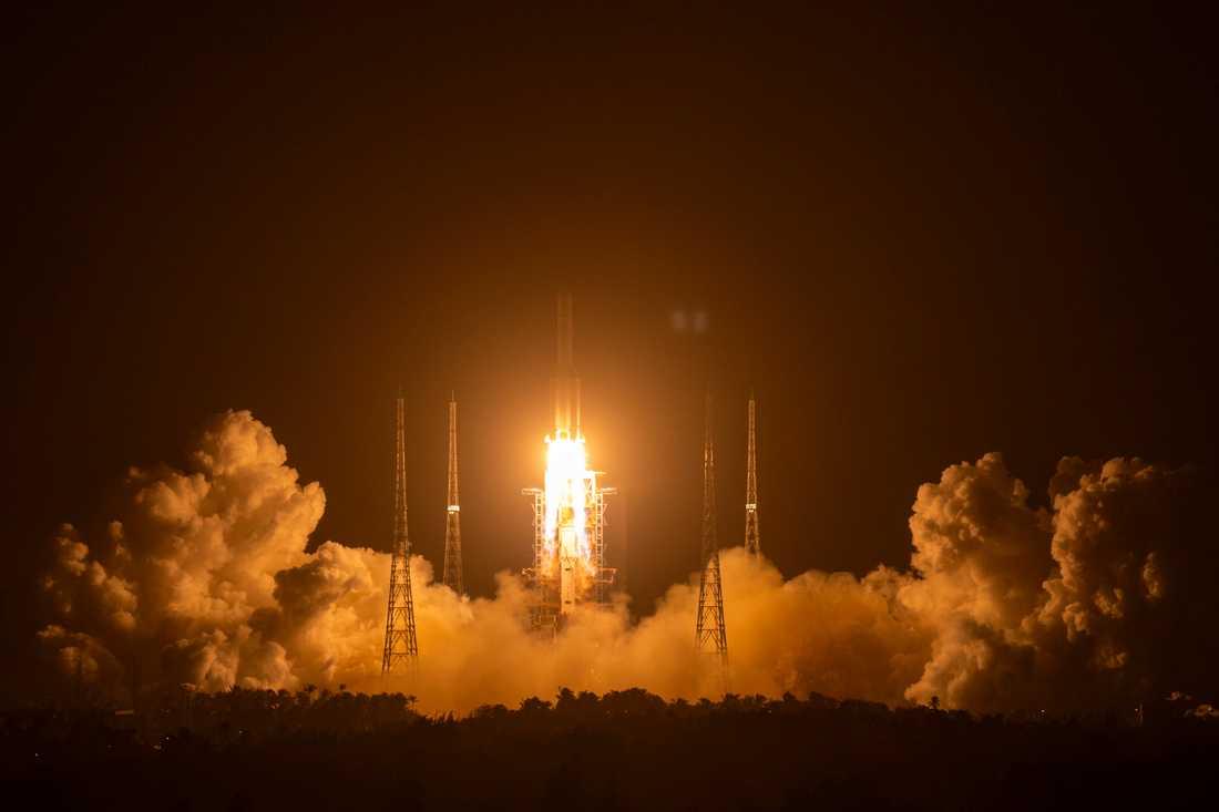 Raketen med månsonden lämnar rymdcentret i Wenchang i Kina.