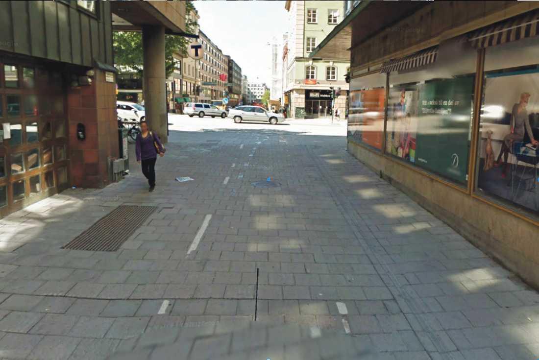 VITTNE 4 – I MORELIUS I Morelius satt i en bil på Tunnelgatan, väster om Sveavägen. Han väntade på att hans fästmö skulle göra ett uttag i en bankomat och hade uppsikt mot Dekorimahörnan under flera minuter. Han såg en man som stod och väntade i hörnet innan han sedan sköt Olof Palme. Vy från Tunnelgatan.