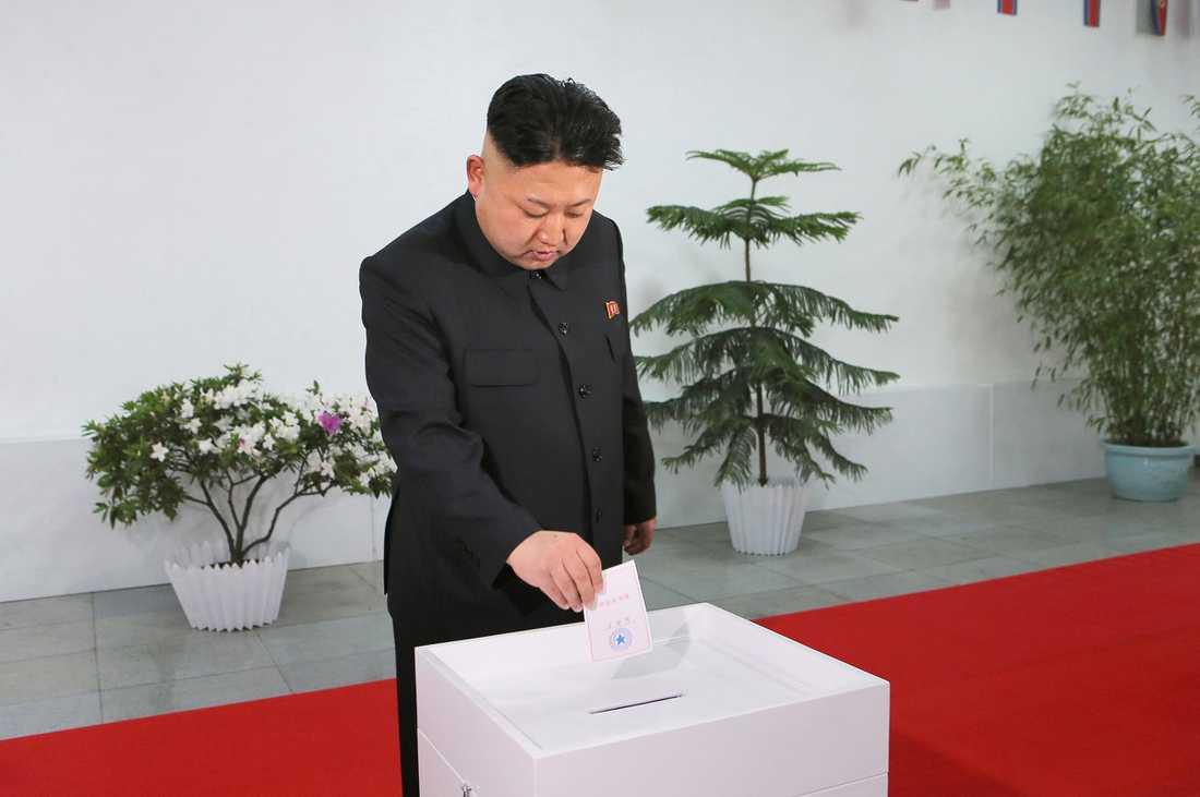 Kim Jong-Un tittar på en valurna.