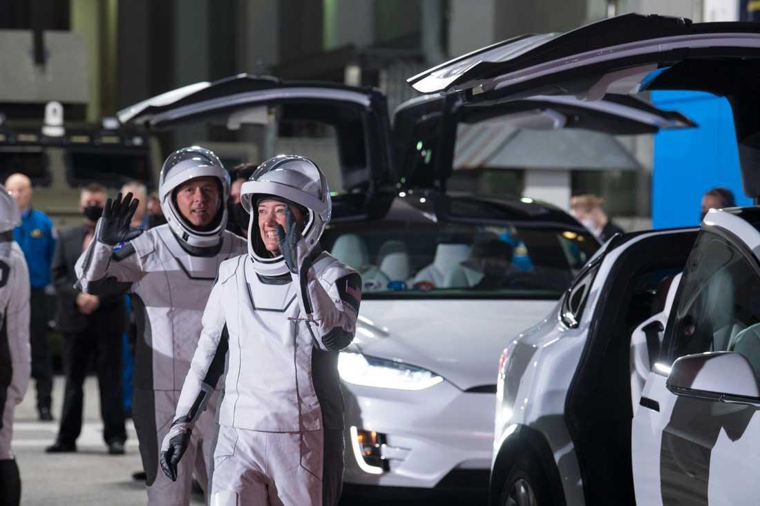 Astronauterna Shane Kimbrough och Megan McArthur på väg in i de Tesla-bilar som förde dem till raketen tidigt på fredagsmorgonen lokal tid.