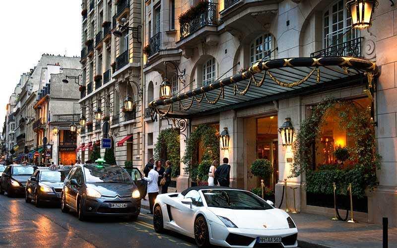 Lyxhotellet Le Bristol i Paris. Hit anlände Zlatan i går.
