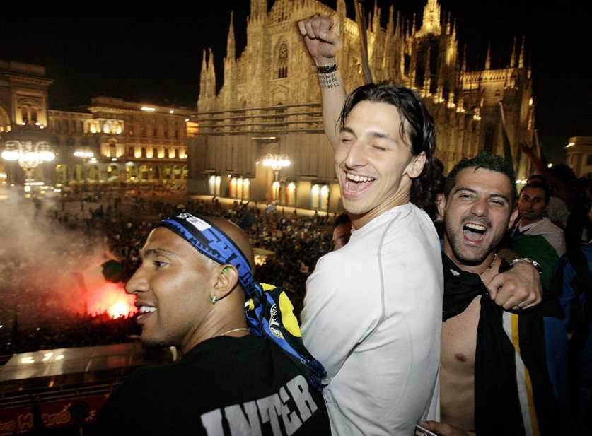 En lycklig Zlatan firar ligaguldet med Interspelarna Olivier Dacourt och Dejan Stankovic på Piazza Duomo i Milano.