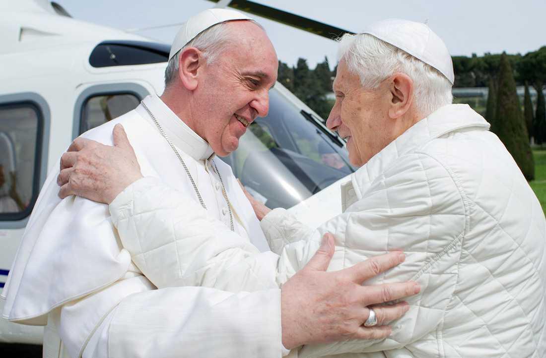 Franciskus och Benedictus kramar om varandra.