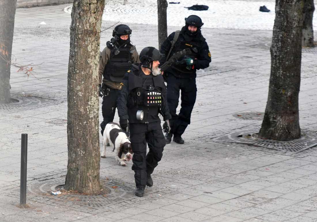 Bombtekniker söker igenom platsen