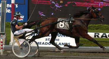 I går blev Victory Tilly världens snabbaste häst Ð och därtill Sveriges mest framgångsrika travhäst genom tiderna. På anrika Meadowlands utanför New York med Stig H Johansson i sulkyn gick de som första ekipage under 1,09 .