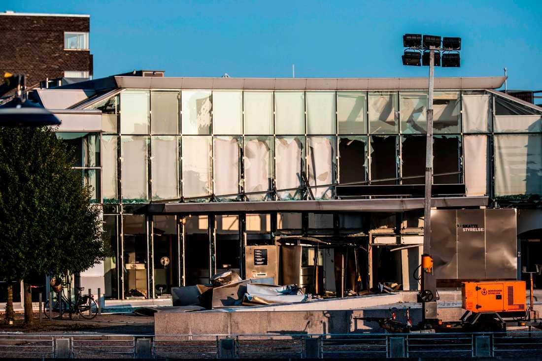 Skadorna blev omfattande på den danska skattemyndighetens byggnad på Østerbro i Köpenhamn, som den 6 augusti utsattes för ett sprängdåd. Arkivbild.