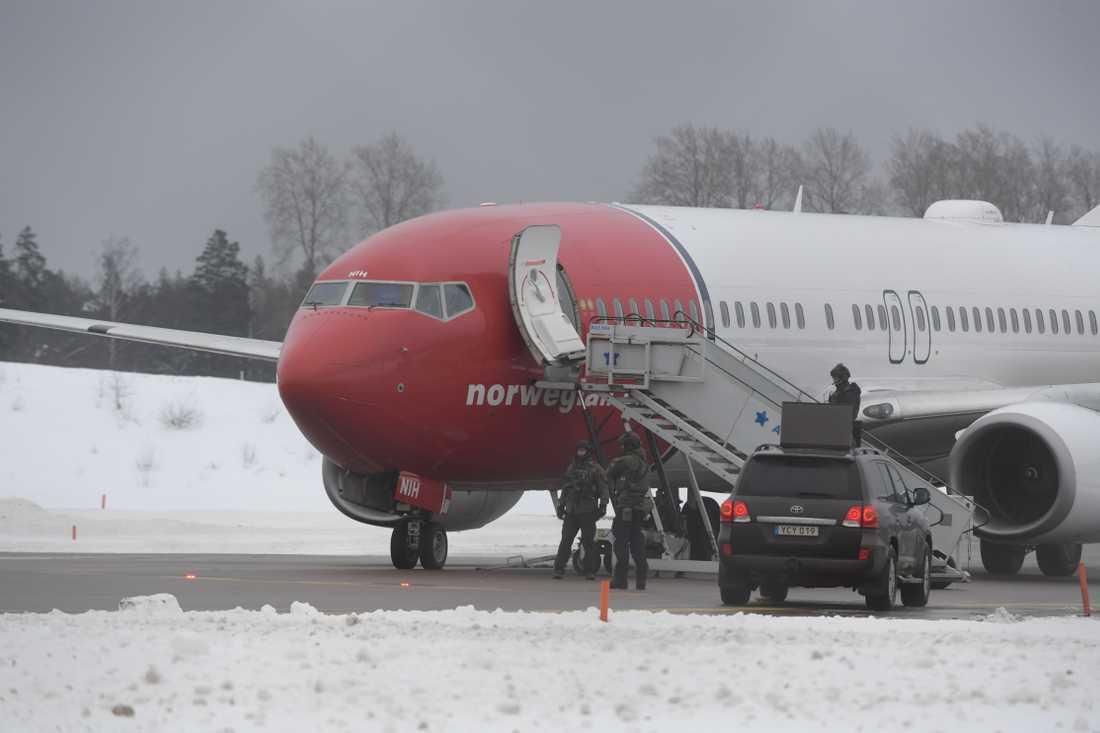Nationella insatsstyrkan är på plats vid det bombhotade planet på Arlanda.