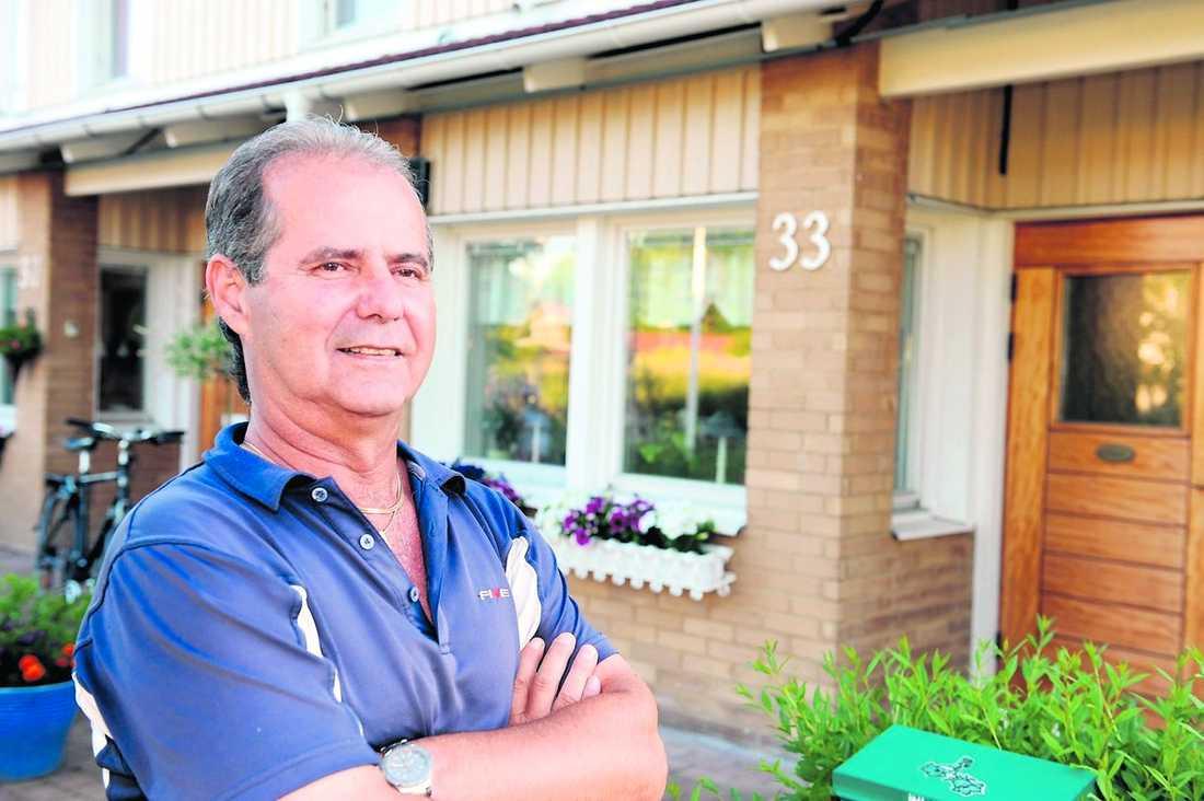 """""""svårt veta vad som är bäst"""" Alois Strempl, 55, har rörliga bolån på cirka en miljon. Han är osäker på vad han ska göra med sin villa i Västerås om räntan börjar stiga. """"Ena dagen får man rådet att binda, andra dagen ska man behålla rörlig ränta, det är svårt att veta vad som är bäst""""."""