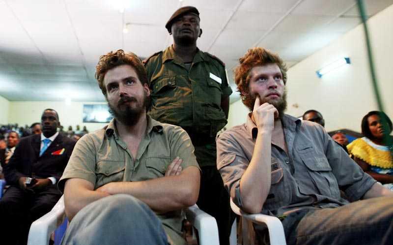 Tjostolv Moland och Joshua French i domstolen när domen avkunnas i Kisangani.