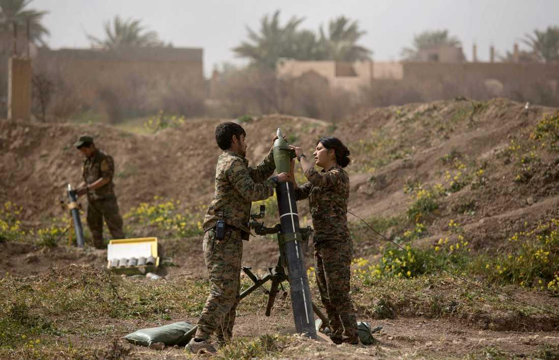 SDF-soldater avfyrar granater mot Baghouz.