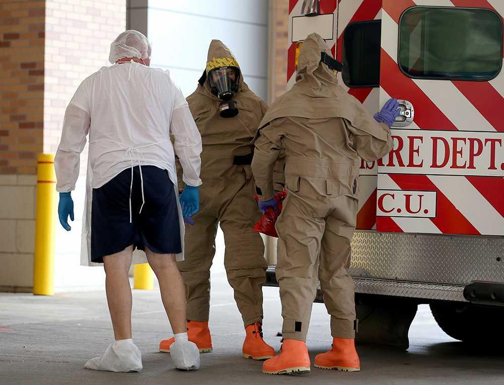 En misstänkt ebolasmittad person förs in på sjukhuset.