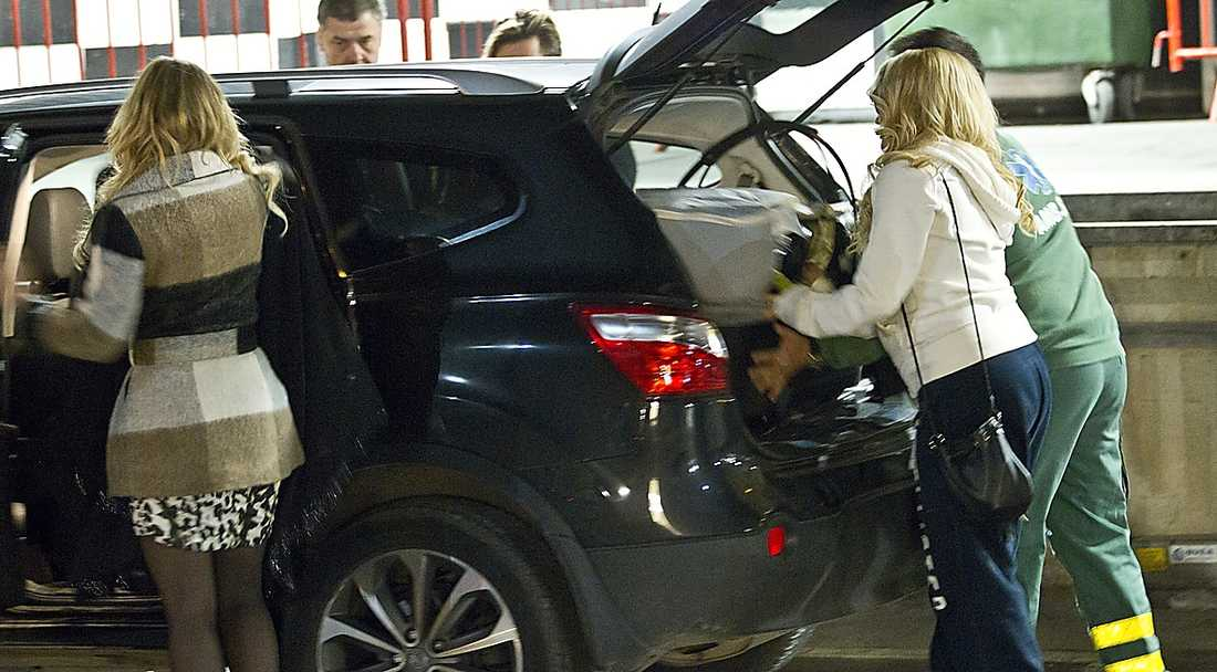 Med hjälp av en sjukvådare fick hon in vagnen i bilen innan den lilla familjen åkte hem och mös.