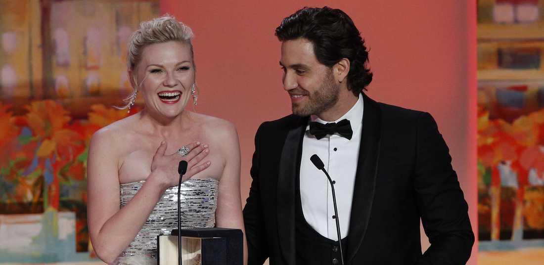 Vinnare trots skandal Kirsten Dunst när hon får pris på filmfestivalen i Cannes.