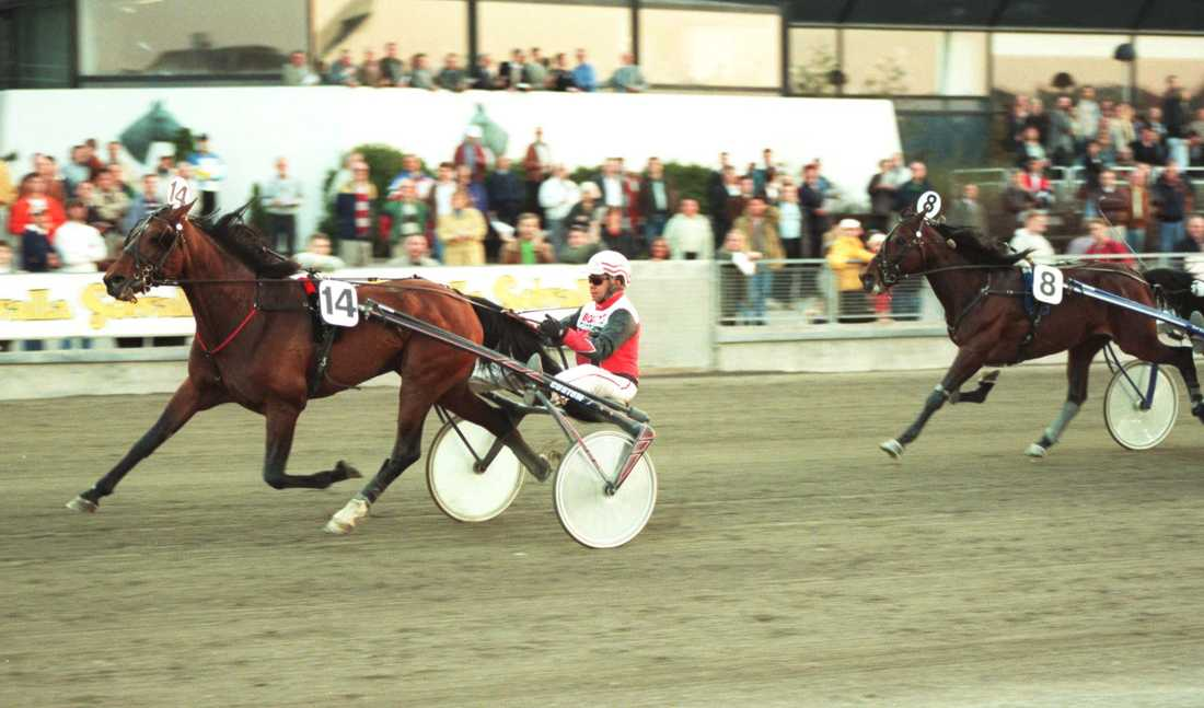 Här vinner han lopp med Tres Solide L. 1998.
