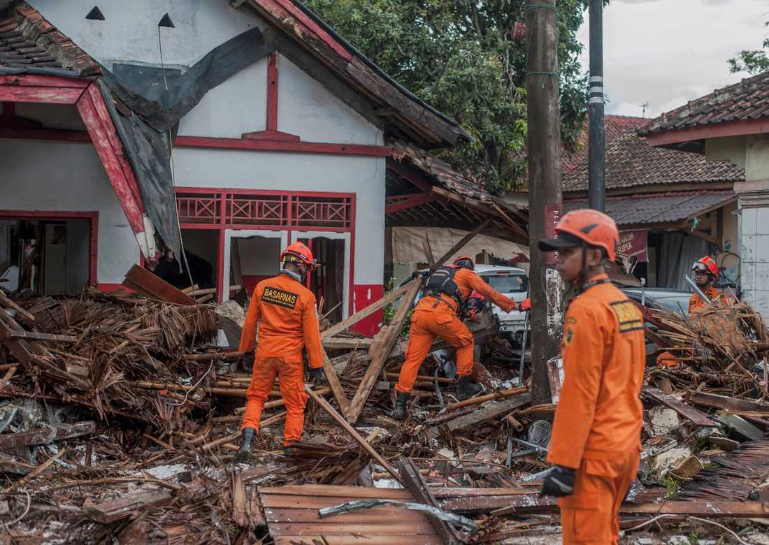 Räddningspersonal söker efter överlevande. Minst 222 personer har dött efter att en tsunami nådde stränderna vid Sundasundet i Indonesien.