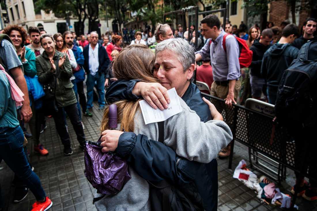 Clara Sanchez Rosalo, 23, kramar om sin mamma Carmen Rosalo, 57.