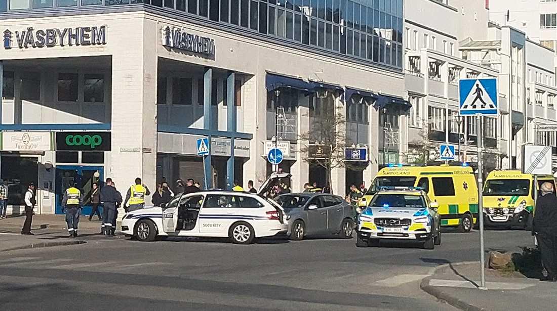 Minst fyra personer har skadats i bråket.