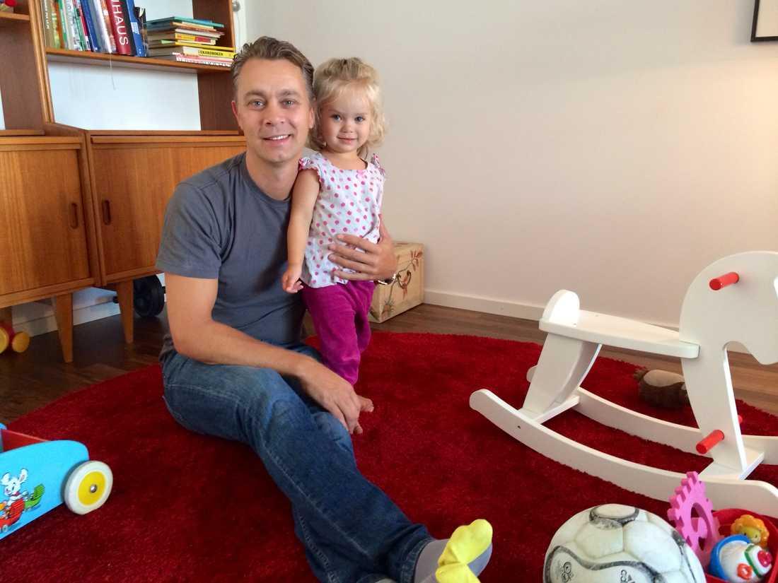 Någon gång varje vecka träffar pappa Stefan Jansson och dottern My, 18 månader, andra föräldrar på Alby bibliotek utanför Stockholm.